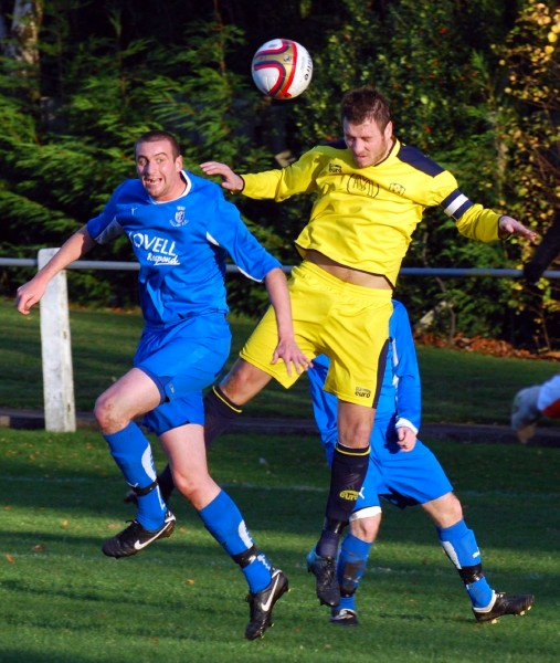 Hallam FC in action against Lincoln Moorlands Railway at Sandygate (photo: Ritchie Woods)